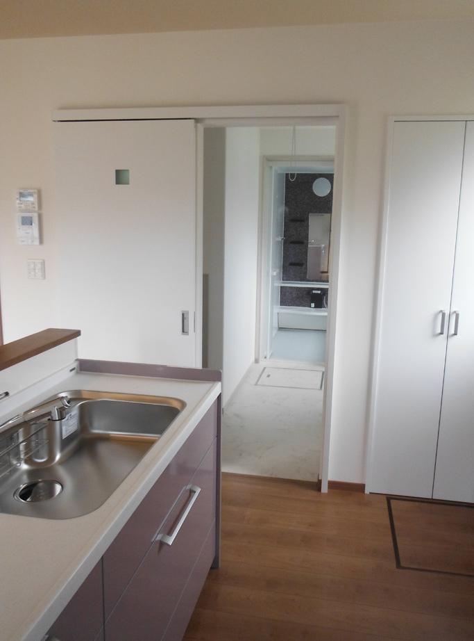 キッチンから洗面所→風呂場につながる家事導線