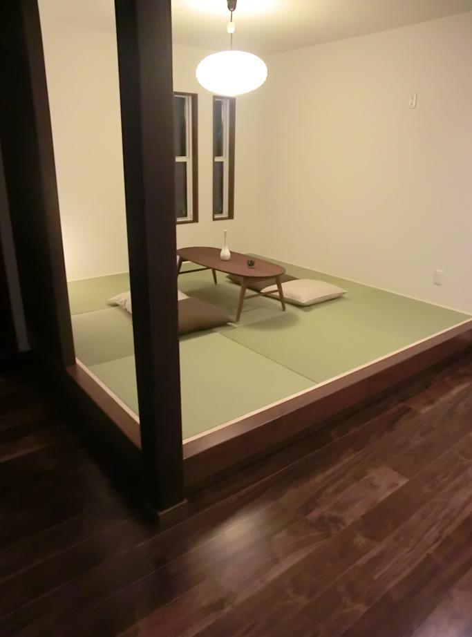 小上がり畳のスペースには和風のペンダントライト